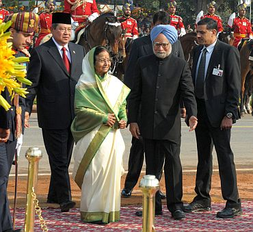Indonesian President Susilo Bambang Yudhoyono and President Pratibha Patil being received by the PM