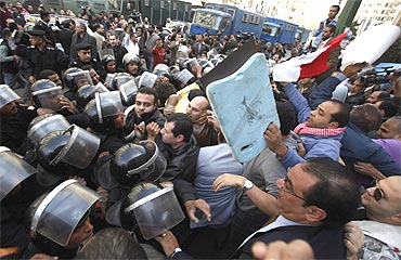 Anti-government protesters clash with the police in downtown Cairo