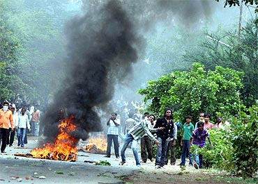Pro-Telangana students protest outside Osmania University