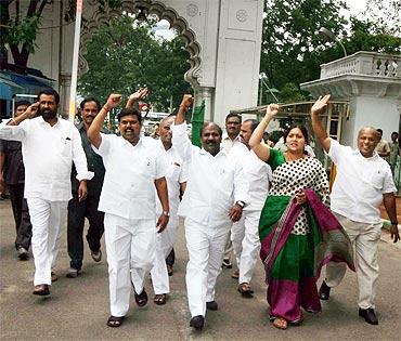 Pro-Telangana MLAs chant slogans