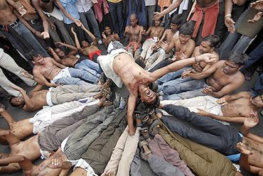 Pro-Telangana students protest outside Osmania University