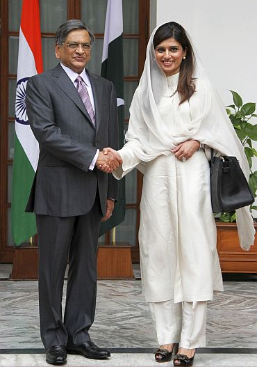 Pakistan's Foreign Minister Hina Rabbani Khar (R) shakes hands with Indian counterpart SM Krishna before their meeting in New Delhi