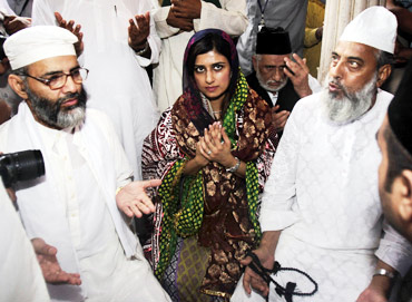 Pakistan's Foreign Minister Hina Rabbani Khar offers prayers at the shrine of Sufi Saint Nizamuddin