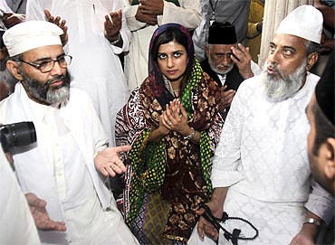 Pakistan's Foreign Minister Hina Rabbani Khar at the shrine of Sufi Saint Nizamuddin Auliya