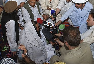 Pakistan Taliban commander Baitullah Mehsud speaks to mediapersons in Pakistan's South Waziristan tribal region
