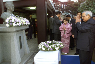 Former Prime Minister Atal Behari Vajpayee offers a prayer for Netaji at Renkoji Temple in Tokyo