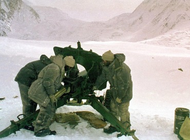 Pakistan soldiers with artillery piece pointed at Indian positions on the Siachen Glacier