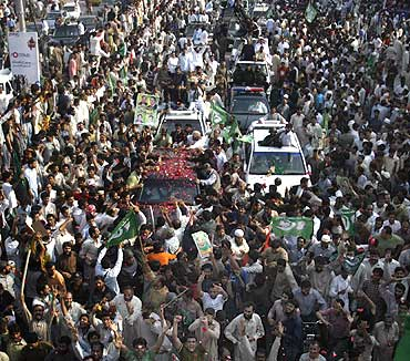 Supporters of former Pakistani prime minister Nawaz Sharif gather around his vehicle in Lahore