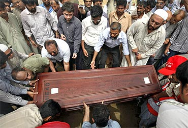 Relatives and colleague carry the casket of Pakistani journalist Saleem Shahzad for burial at a graveyard after funeral prayers in Karachi