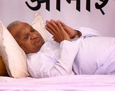 'Upset' Hazare sends 3-page letter to Sonia