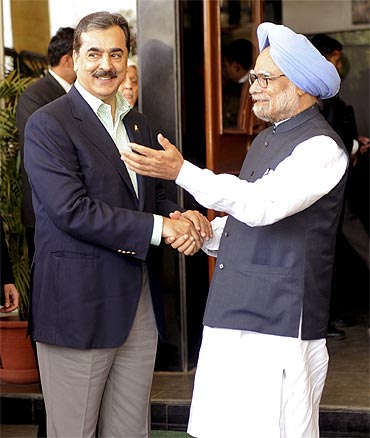 Pakistan's Prime Minister Yusuf Raza Gilani with his Indian counterpart Manmohan Singh at Mohali