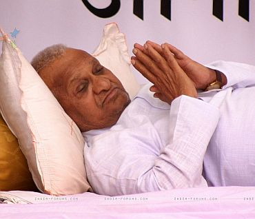 Anna Hazare on fast in support of a strong Lokpal Bill
