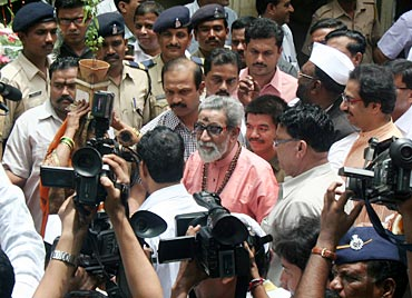 Bal Thackeray surrounded by cameramen