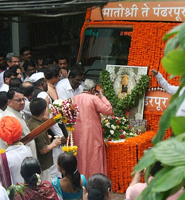 Bal Thackeray at a function to flag off a caravan to Pandharpur