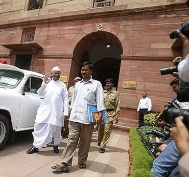 Social actvists Anna Hazare and Arvind Kejriwal outside the Parliament