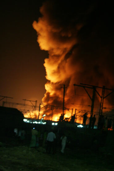 Fire razes Mumbai slum, residents smell foul play