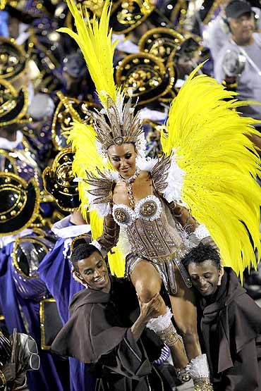 In PHOTOS: Sizzling carnival party on Rio's streets