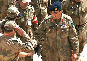 Pakistani Army Chief Ashfaq Parvez Kayani with his army officers