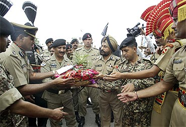 BSF inspectors offers a basket of fruits and sweets to Pakistan Rangers commanders