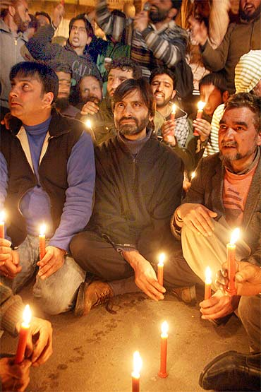 Malik and other JKLF activists in a candlelight vigil in Srinagar