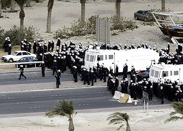 GCC forces move in to Pearl Square to evacuate anti-government protesters in Manama