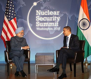 PM Manmohan Singh speaks with US President Barack Obama at a conference in Washington, DC