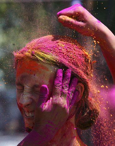 Protect your hair from the side effects of synthetic Holi colours