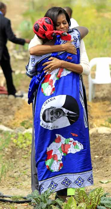 US First Lady Michelle Obama hugs a Somalian refugee during her visit to a community farm
