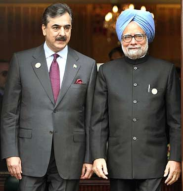 File photo of Prime Minister Manmohan Singh with his Pakistan counterpart Yousuf Raza Gilani