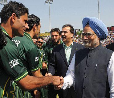 Prime Minister Manmohan Singh with his Pakistani counterpart Yusuf Raza Gilani