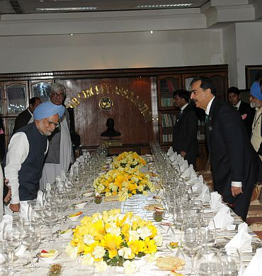 Dr Singh hosting a dinner in honour of Pakistan Prime Minister Yousuf Raza Gilani
