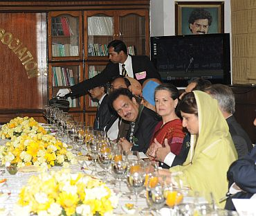 Sonia Gandhi sat in between Gilani and Rehman Malik