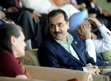 Gilani speaks with Sonia as his counterpart Manmohan Singh watches the semi-final match between India and Pakistan