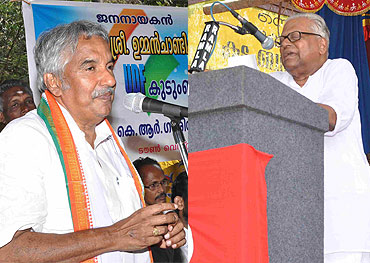 Senior Congress leader Oommen Chandy (left) and Kerala CM V S Achutanandan (right)