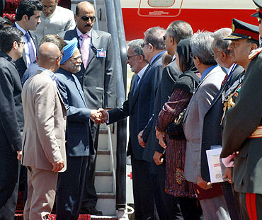 Prime Minister Manmohan Singh being welcomed on his arrival at Kabul airport in Afghanistan