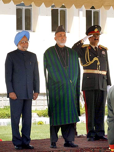 Prime Minister Manmohan Singh with Afghanistan President Hamid Karzai at a ceremonial reception