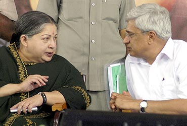 Jayalalithaa speaks with CPI-M chief Prakash Karat