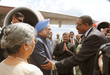 Prime Minister Dr Manmohan Singh being received by the Deputy Prime Minister and Foreign Minister of Ethiopia, Hailemariam Desalegn