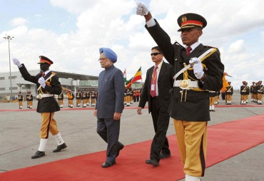 Prime Minister Dr Manmohan Singh inspecting the Guard of Honour in Addis Ababa