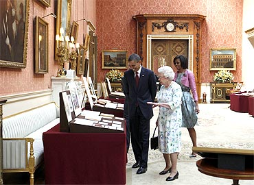 Queen Elizabeth gives a tour to the Obamas in Buckingham Palace