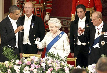 Queen Elizabeth, Prince Philip and Obama toast during a state banquet in Buckingham Palace