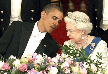Obama speaks to the Queen during the banquet