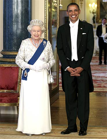 Queen Elizabeth poses with Obama for shutterbugs