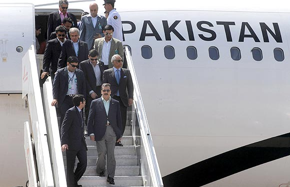 Pakistan's Prime Minister Yusuf Raza Gilani steps down from an aircraft upon his arrival in India
