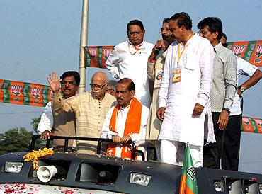 Advani shown black flags by NSUI members in Mumbai