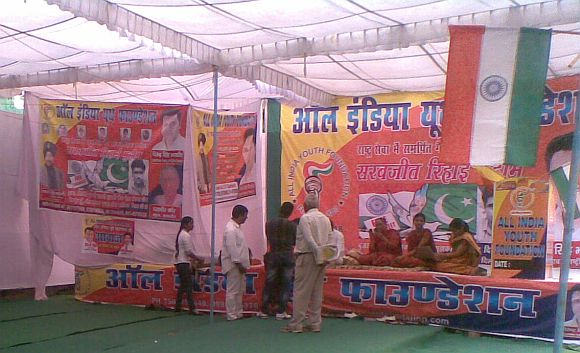 At Jantar Mantar, Sarabjit's sister and daughters sit with hope