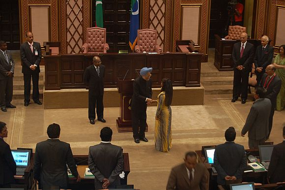 Dr Singh shaking hands with Majlis MPs