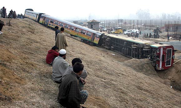 Train derails in Kashmir, 20 injured
