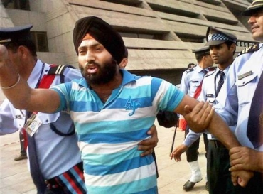 Harvinder Singh slapped Union Agriculture Minister Sharad Pawar on Thursday