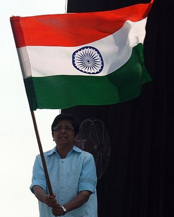 Kiran Bedi waves the tricolour during Anna Hazare's fast at Ramlila Maidan in Delhi